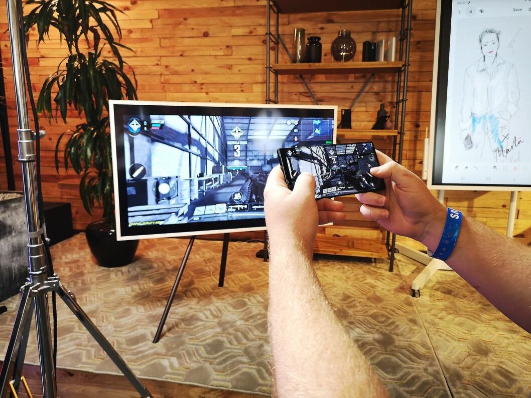 Note10 har en kraftig prosessor som også appellerer til gamerne, og du kan strømme spillingen din rett på TVen. Foto: Marte Ottemo.