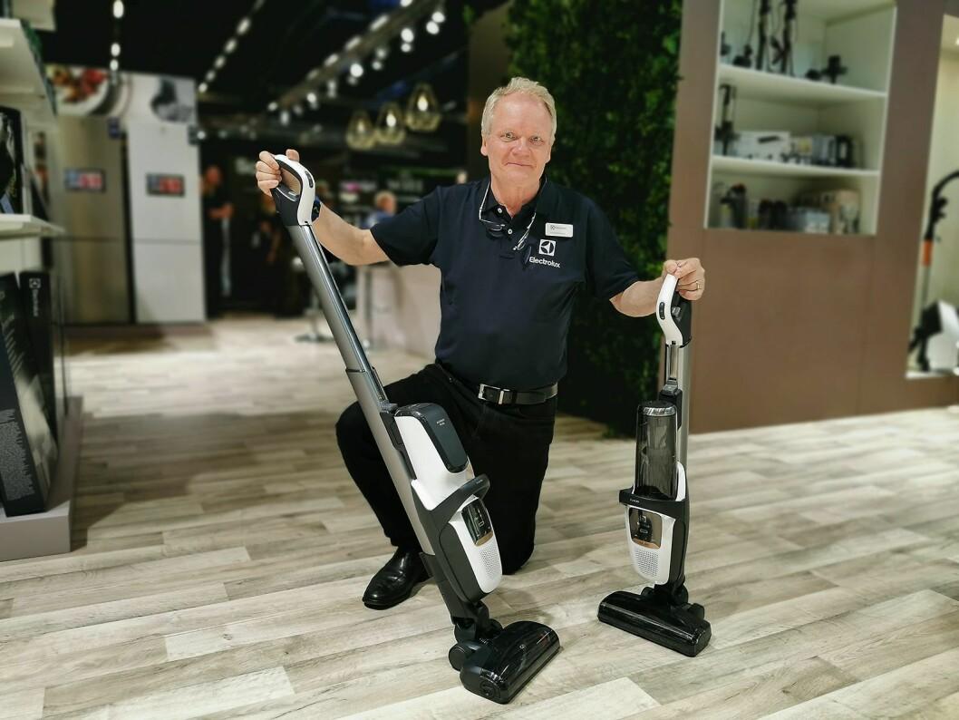 Gunnar Bronzelius i Electrolux med den nye versjonen av Pure F9, der støvet samles i en allergivennlig pose. Til høyre den poseløse versjonen. Foto: Stian Sønsteng.