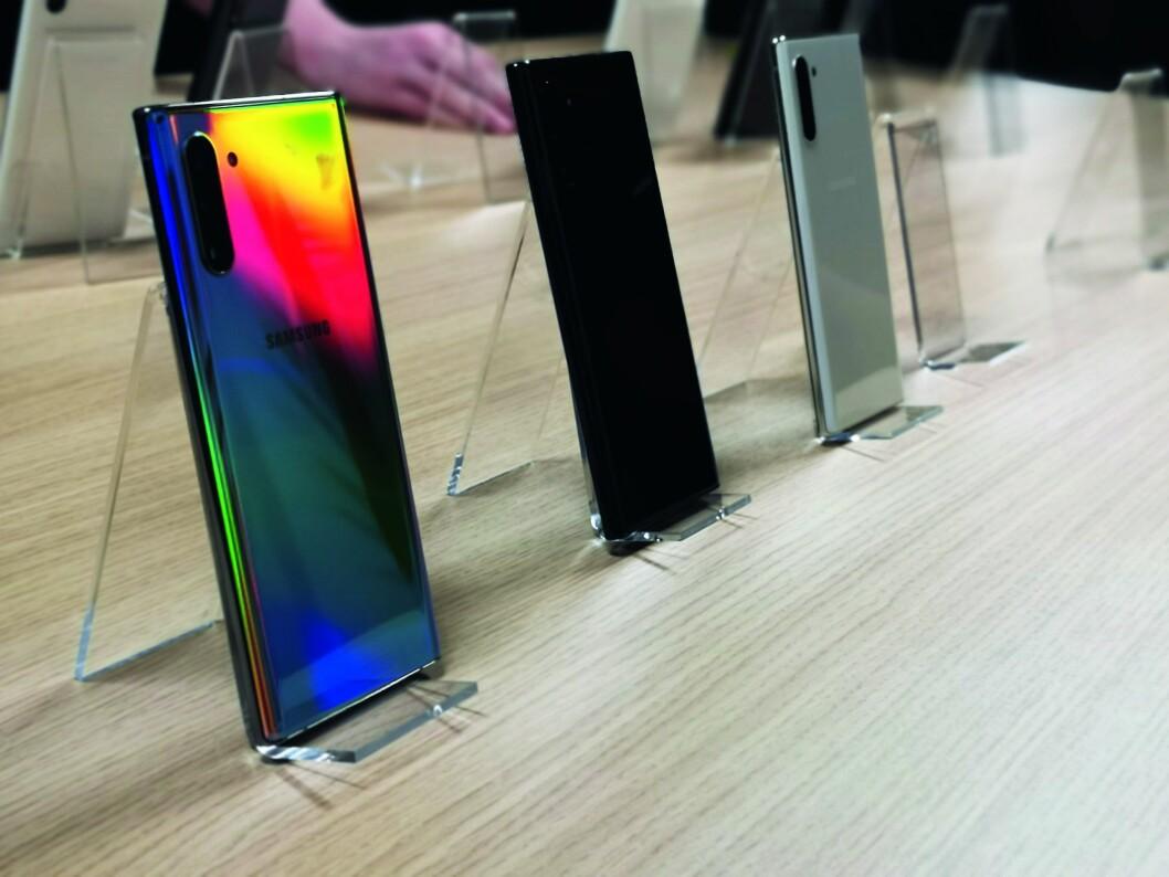 Samsung viste fram de nye modellene i fire farger, men det blir multifarvene Aura Glow, og en sort modell som kommer til Norge. Foto: Marte Ottemo.
