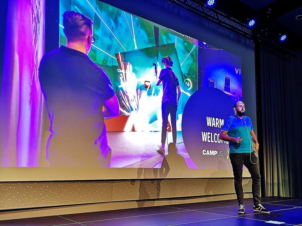 Nordisk ettersalgsansvarlig Bård Fredagsvik varmer opp publikum under ettermarkedsmøtet på Elkjøp Campus. Foto: Marte Ottemo.