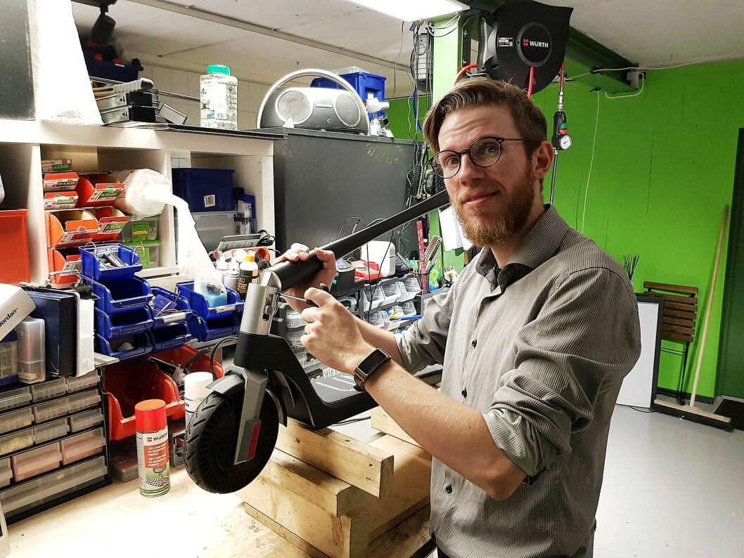 På verkstedet tilknyttet butikken reparerer Håvard Hamran elektriske sparkesykler. Foto: Jan Røsholm
