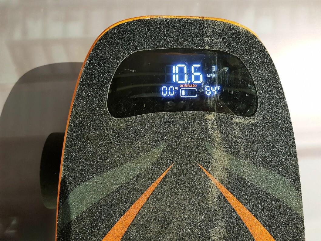 På toppmodellen av elektriske rullebrett er det skjerm som gir deg status på rekkevidde, fart og batteri. Foto: Jan Røsholm.