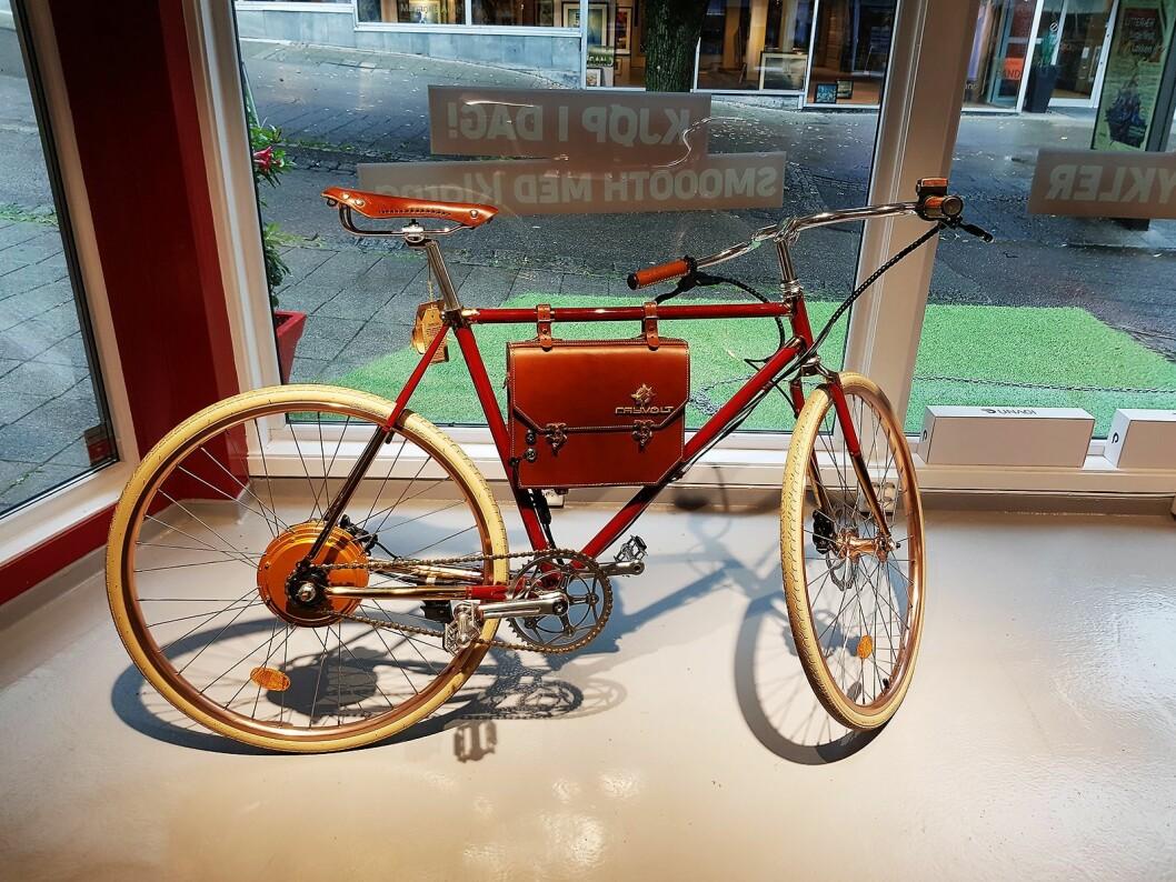 Den elektriske sykkelen fra Rayvolt har batteriet i en skinnveske. Foto: Jan Røsholm.