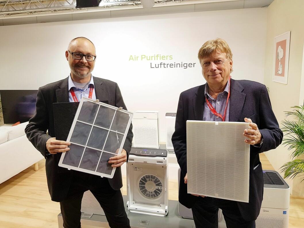Jarle Karlsrud og Jon Bjaaen i Bedre Inneklima AS viser frem filtre som er i Winix Zero Pro. Foto: Jan Røsholm