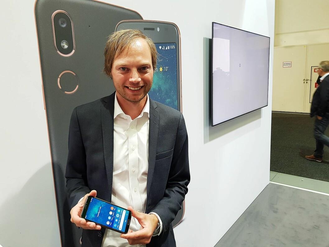 Anders Austad i Doro viser frem toppmodellen Doro 8080. Foto: Jan Røsholm.