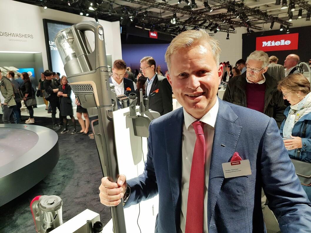 Norgessjef Anders Kjekstad med Mieles først håndholdte støvsuger. Foto: Jan Røsholm.