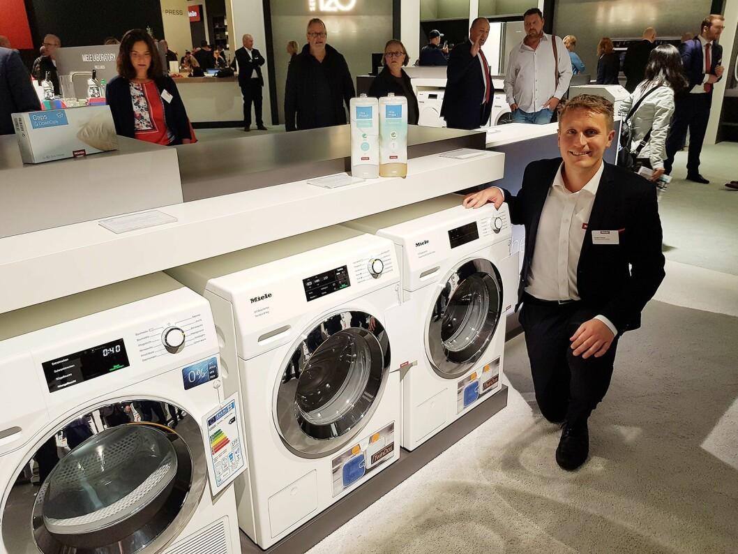 Anders Bjørge viser frem TwinDos vaskemaskinene hvor vasketiden nå er helt ned til 49 minutter. Foto: Jan Røsholm.