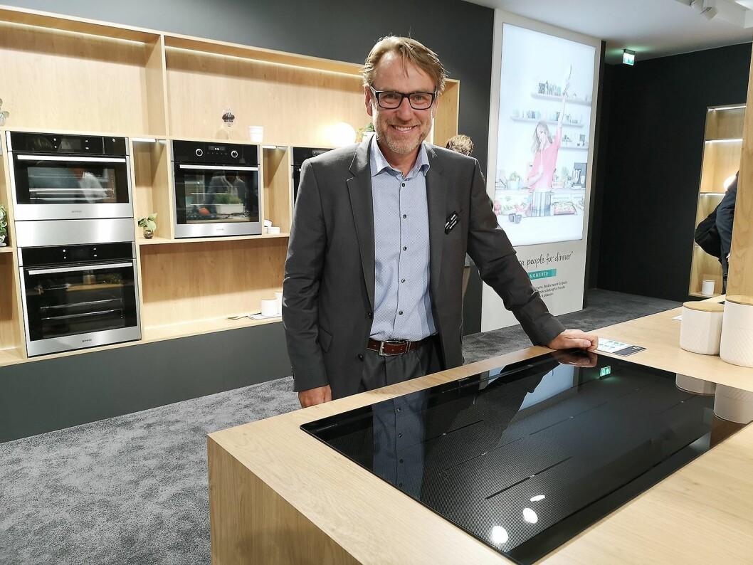 Norgessjef Bjørn Mangset viser fram Gorenjes nye, smarte koketopper som kommer på markedet i høst. Foto: Marte Ottemo.