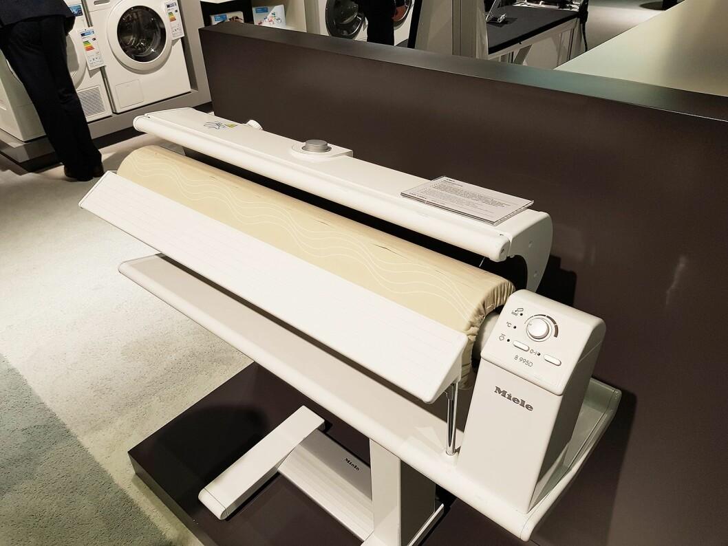 For de som ønsker å rulle vasketøyet, tilbyr Miele elektrisk tøyrulle. Foto: Jan Røsholm.