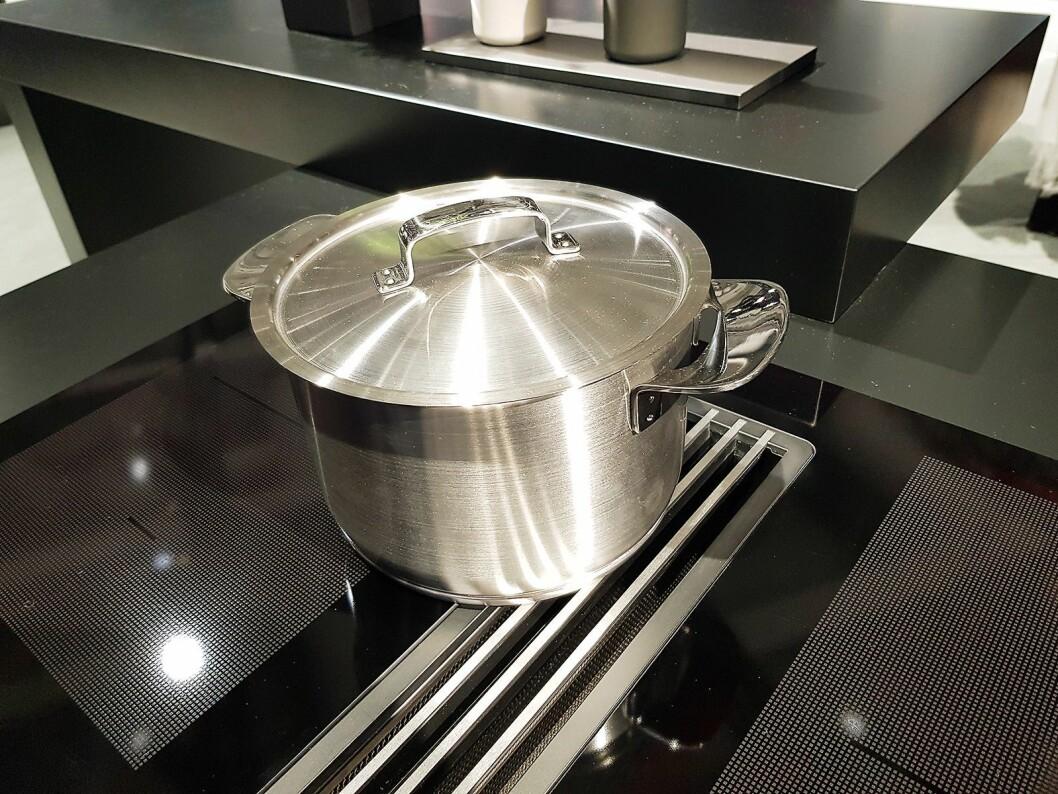 På koketoppene med midtstilt ventilator, er ventilatoren nå felt ned, slik at kjelen enkelt kan dras fra en sone til en annen. Foto: Jan Røsholm.