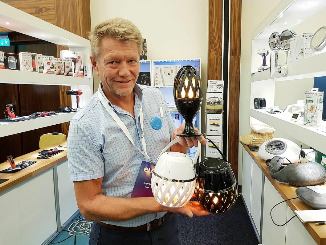 Roger Berg fra Target med batteridrevet flammelamper. De to nederste har innebygget blåtannhøytaler. Foto: Jan Røsholm.