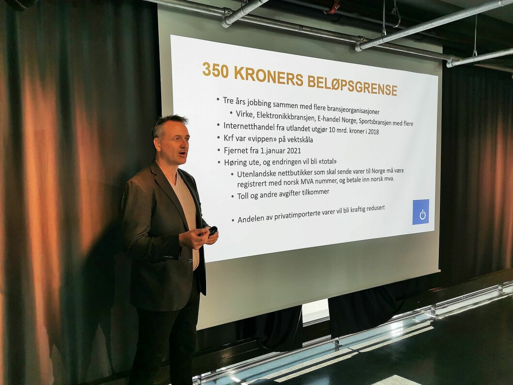 Jan Røsholm i Stiftelsen Elektronikkbransjen tok for seg rammevilkårene til bransjen, og kurset deltakerne om det juridiske rundt kjøp og salg. Foto: Stian Sønsteng