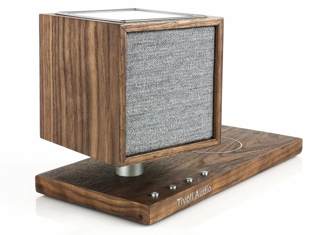 Den nye høyttaleren Revive finnes i svart, hvit og i valnøttutførelse. Foto: Tivoli Audio.