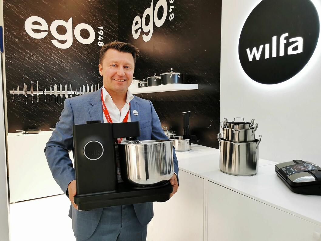 Morten Hoff i Wilfa viste på IFA for første gang bakemaskinen det har kostet over 20 millioner kroner å utvikle, samt varemerket Ego1948 som brukes på kjøkkentøy. Foto: Stian Sønsteng