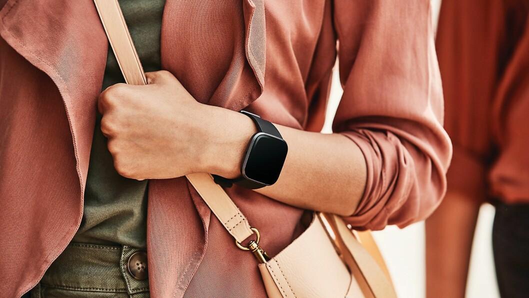 Fitbits nye Versa 2 kommer med en forbedret oled-skjerm, stemmestyring og støtte for Spotify. Foto: Fitbit