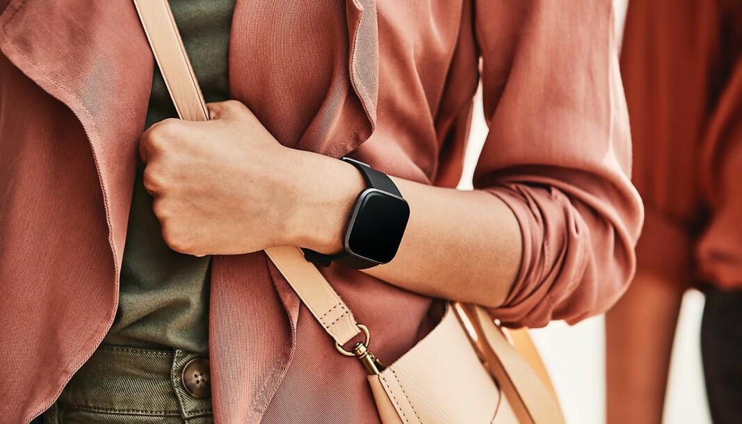 Fitbits blir en del av Google-familien, her avbildet modellen Versa 2. Foto: Fitbit