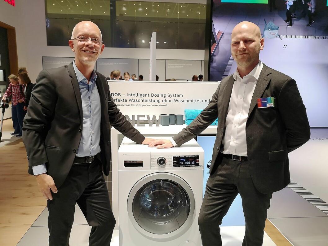Thomas Orry, nordisk salgssjef og Morten Kristensen, nasjonal salgssjef i BSH, med Bosch' nyeste vaskemaskin. Foto: Marte Ottemo