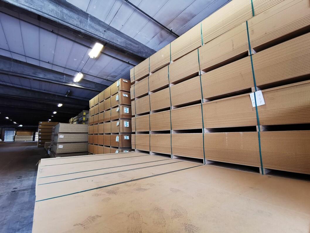 Ved Nobias fabrikk i Tidaholm i Sverige kommer det inn store mengder plater som brukes i produksjonen av kjøkkeninnredninger. Foto: Stian Sønsteng.