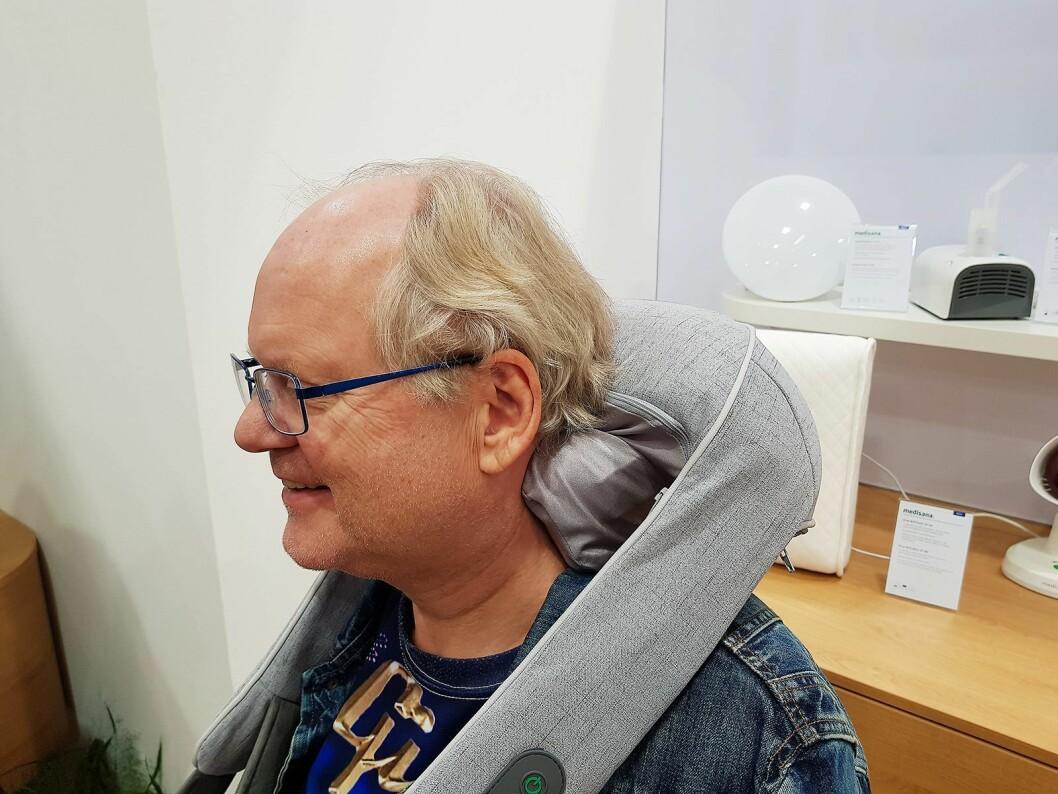 Herleik Dalen i Dalens Elektronikkservice får prøve skuldermassasje fra Medisana. Foto: Jan Røsholm.
