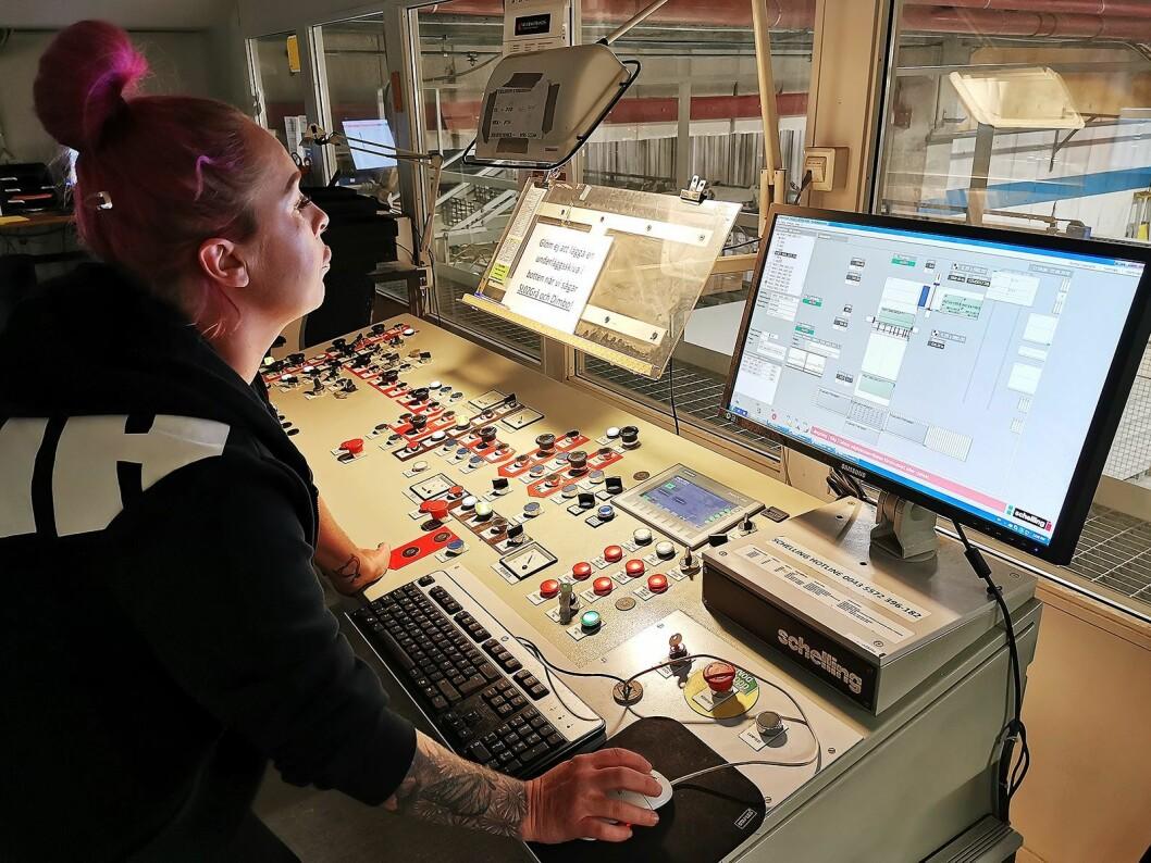 Mari Jonsson planlegger kuttingen, for å utnytte platene best mulig. Kappet brukes til fjernvarme. Foto: Stian Sønsteng.