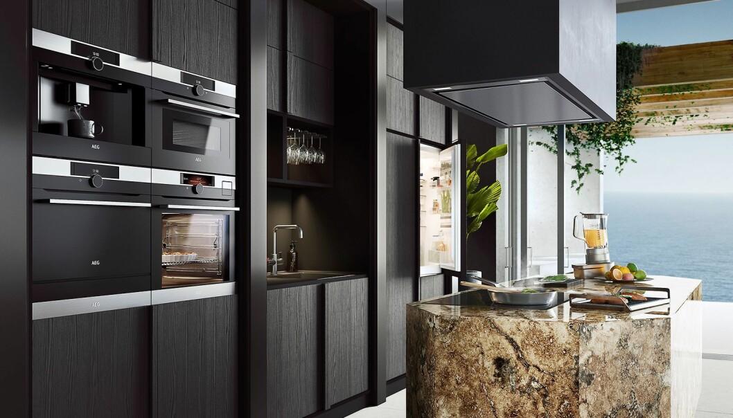 Matt sort på kjøkkenet er populært for tiden, og det gjenspeiler seg i hvitevarene. Foto: Electrolux AEG