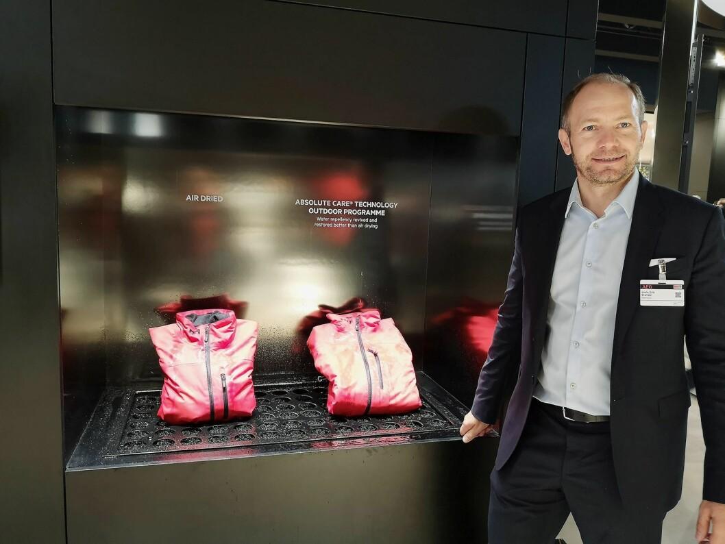 Hans-Erik Standal, nordisk nøkkelkundeansvarlig i AEG Electrolux, demonstrerer hvordan allværsjakken kan få nytt liv. Foto: Marte Ottemo.