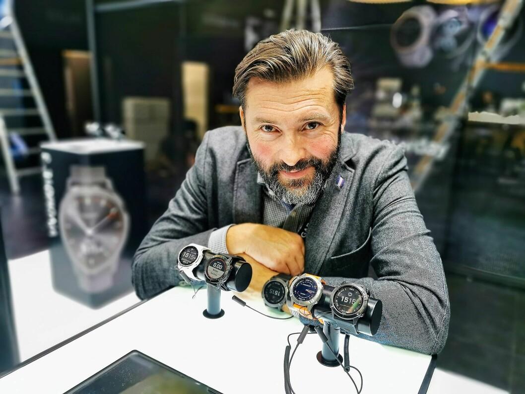Nordisk PR-sjef Marcus Bjärneroth i Garmin viser på IFA fire nye klokkeserier. Her Fenix 6-serien med premium GPS-multisport-klokker, der toppmodellen har solceller. Foto: Stian Sønsteng