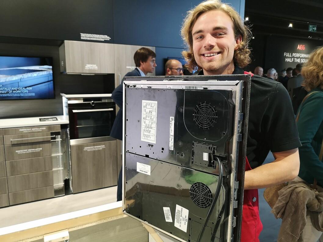 En IFA-ansatt demonstrerer hvordan installasjonsnyheten Snapper fungerer. Foto: Marte Ottemo.