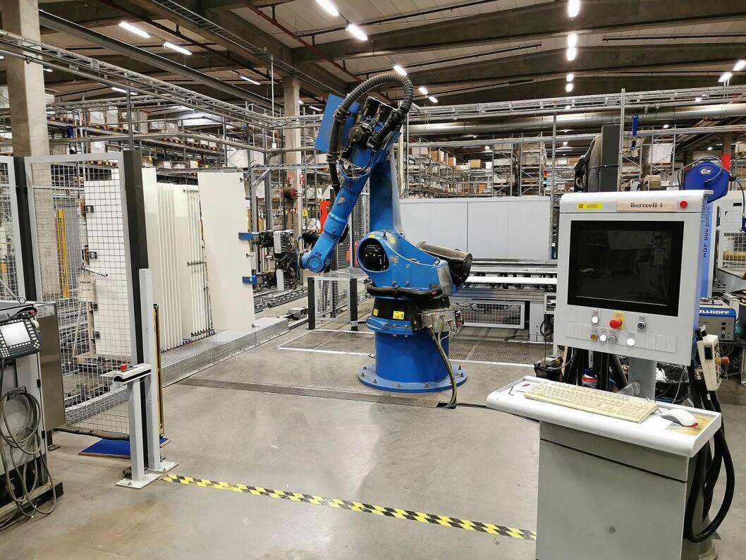 Fire slike roboter borrer og skrur fast gangjern. Foto: Stian Sønsteng.