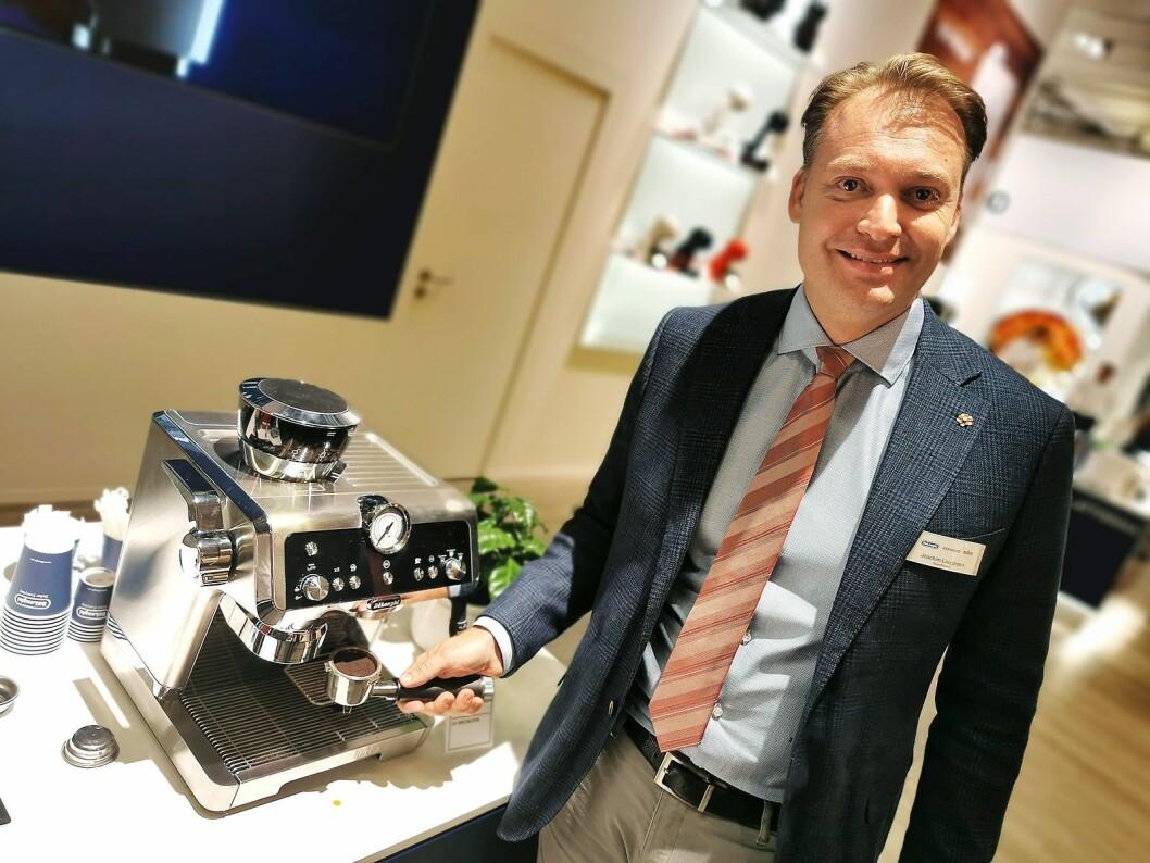Nordisk salgsdirektør Joachim Laugesen i De'Longhi med espressomaskinen La Specialista. Pris: 8.000,- Foto: Stian Sønsteng.