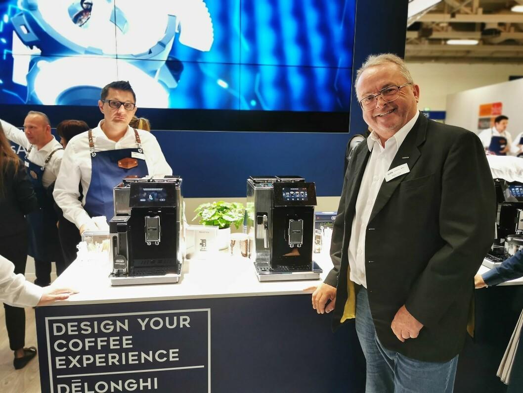 – De'Longhi Maestosa er vår nye toppmodell innen helautomatiske kaffemaskiner, sier Martin Vinje. Foto: Stian Sønsteng.