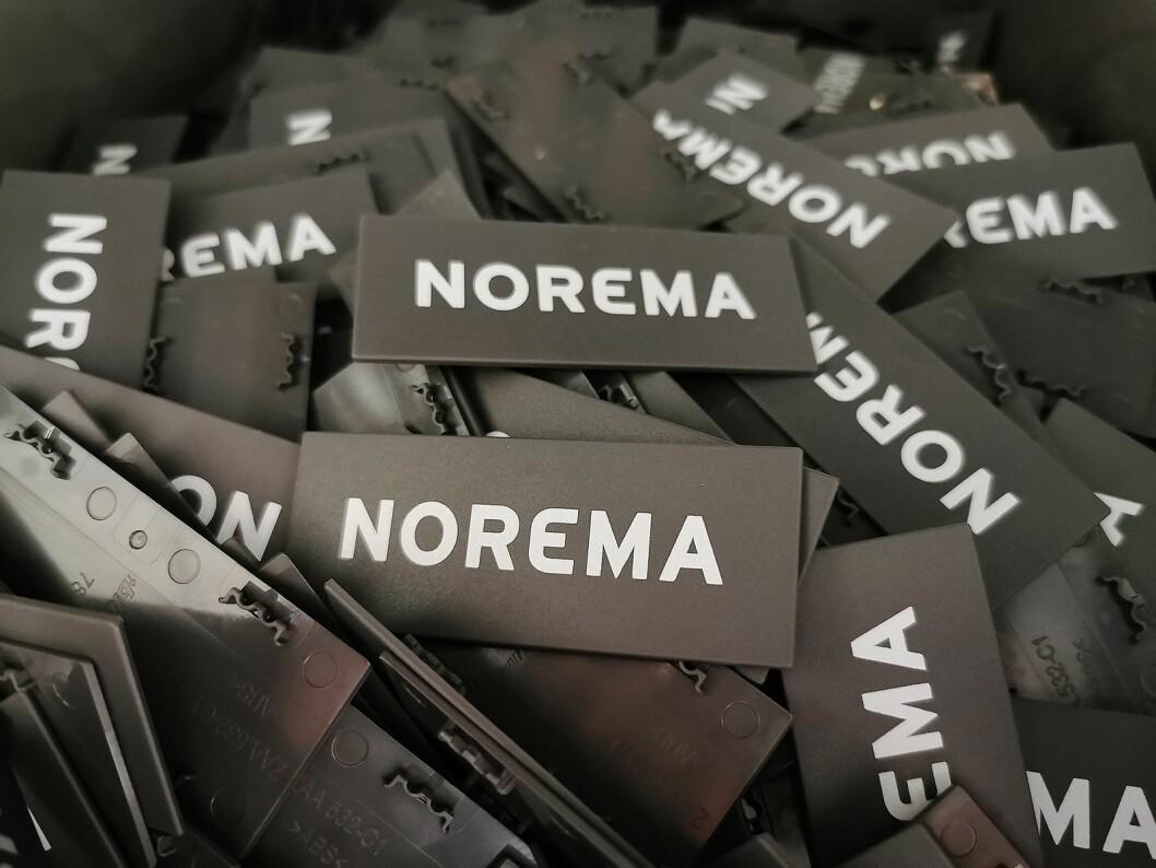 Disse Norema-skiltene settes i skuffene. Foto: Stian Sønsteng.