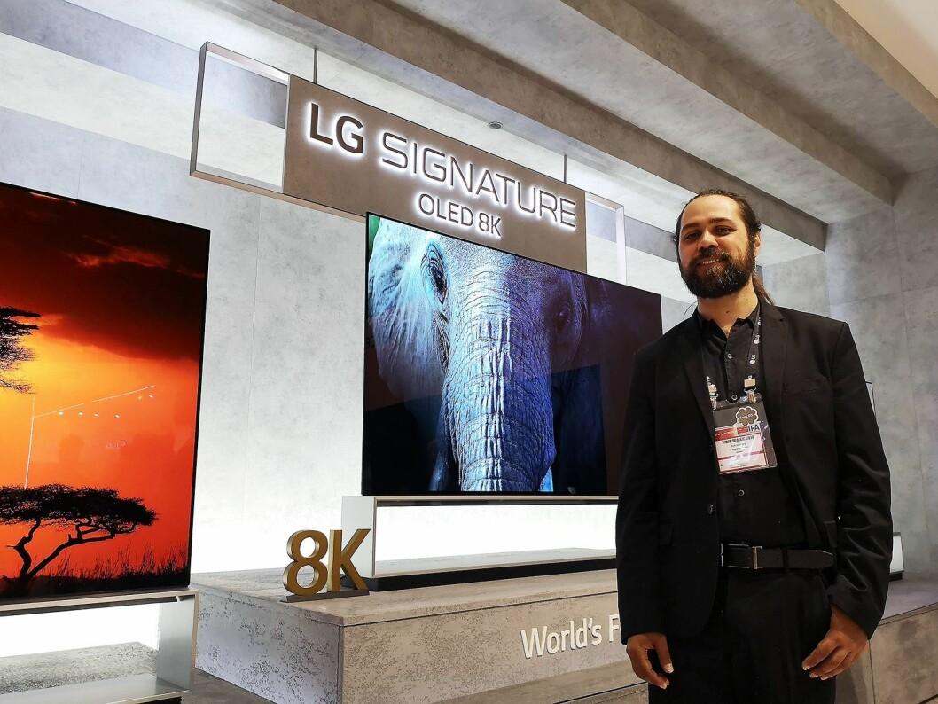 Nordisk produktspesialist i LG, Erik Svalberg, sier 8K Oled-TVen må ses i virkeligheten for å få et skikkelig inntrykk av bildekvaliteten. Foto: Marte Ottemo