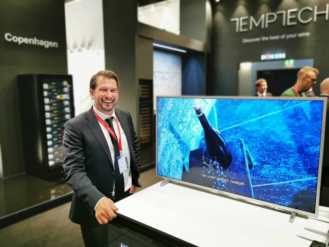 Daglig leder Christoffer Hamer i Temptech AS viser selskapets nye informasjonsvideo på IFA. Foto: Stian Sønsteng