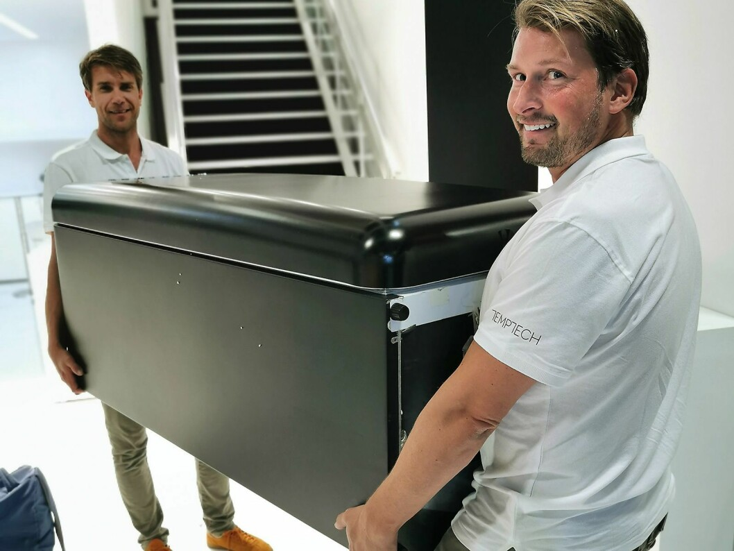 Carsten Andreas Foyn Bruun (t. v.) og Christoffer Hamer rigger opp IFA-utstillingen dagen før messen åpner. Foto: Stian Sønsteng.