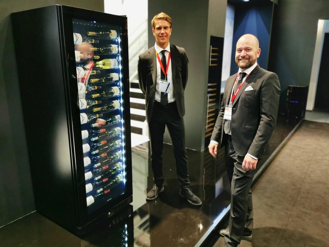 Armand Gustavson (t. h.) og Carsten Andreas Foyn Bruun med Copenhagen-modellen. Foto: Stian Sønsteng.
