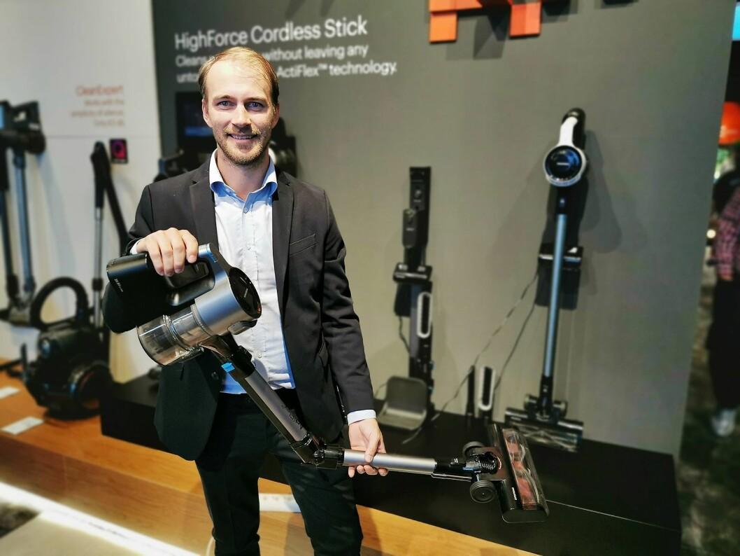 Alexander Engh med Grundigs ladbare stavstøvsuger Power Stick, der toppmodellen har et rør som kan vinkles. Pris: 4.500,- Foto: Stian Sønsteng.