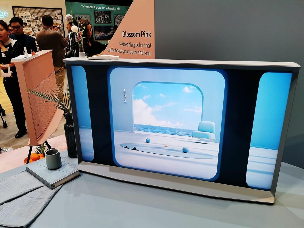 Samsung Serif er relansert, og har samme qled-skjerm og innmat som Q60-serien. Kommer i 49 og 55 tommer. Foto: Stian Sønsteng.