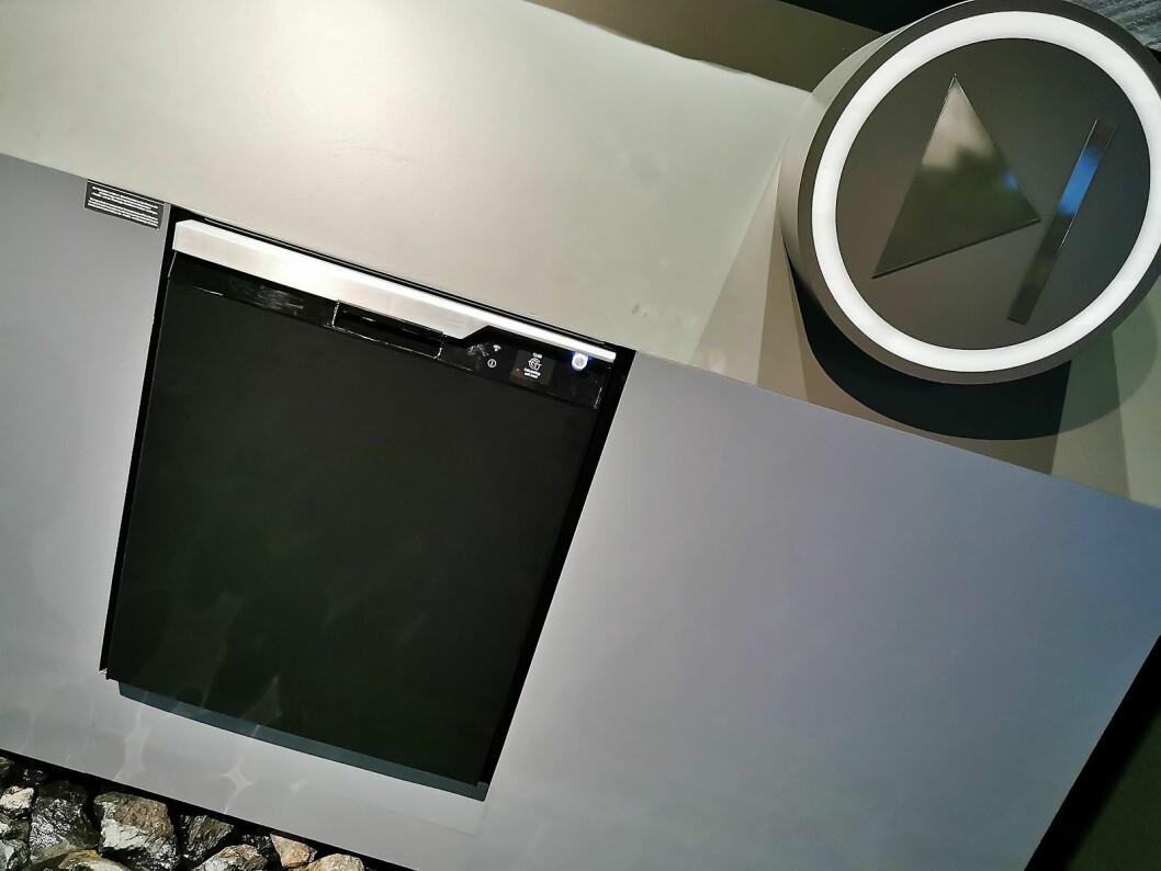 Denne oppvaskmaskinen er en av de første hvitevarene som kommer med Grundigs nye design. Med sensorstyring skal det være nok å betjene maskinen med å trykke på start. Foto: Stian Sønsteng.