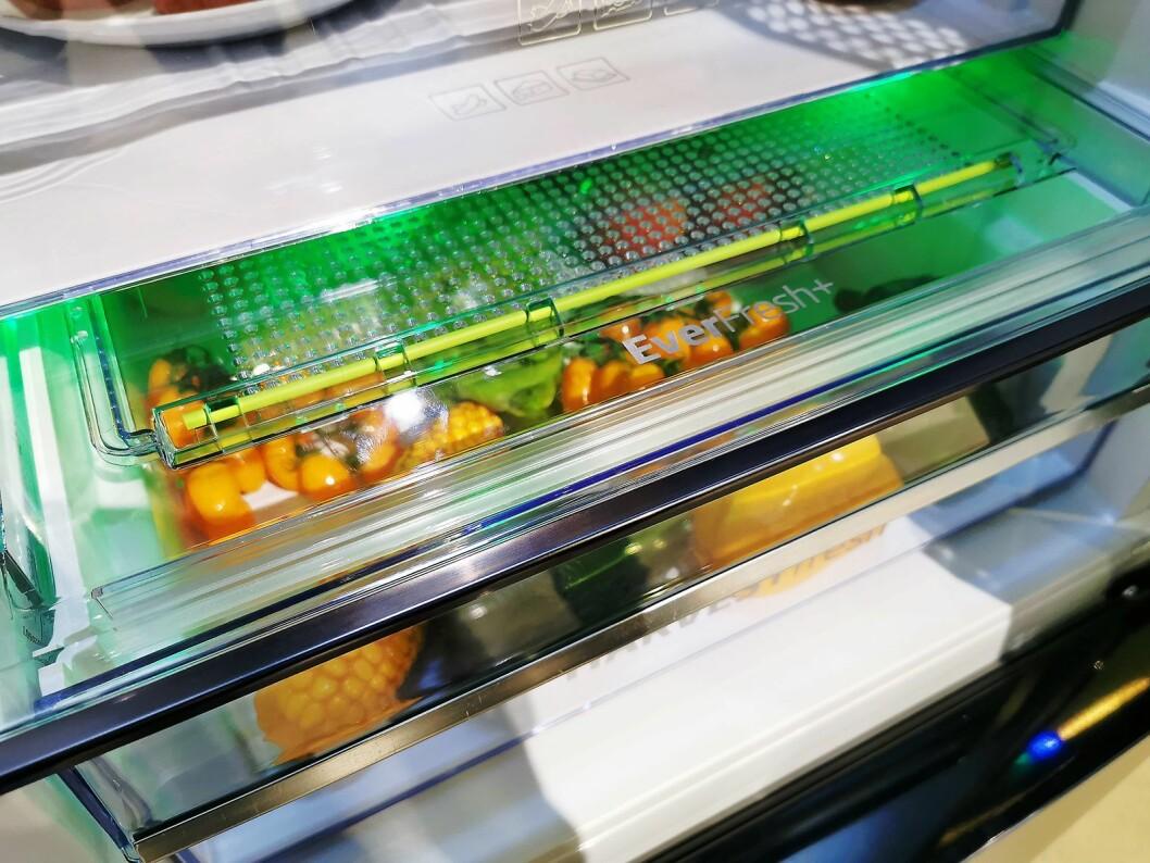 Det grønne lyset i Bekos HarvestFresh-skap skal ta bedre vare på A-vitaminene. Foto: Stian Sønsteng.