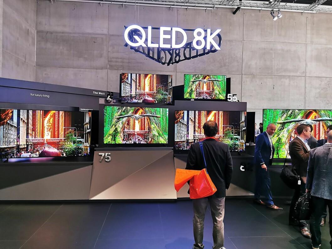 Samsungs 8K-TV Q950 er i Norge tilgjengelig i 55, 65, 75, 82 og 98 tommer. Den minste koster 40.000 kroner. Foto: Stian Sønsteng.