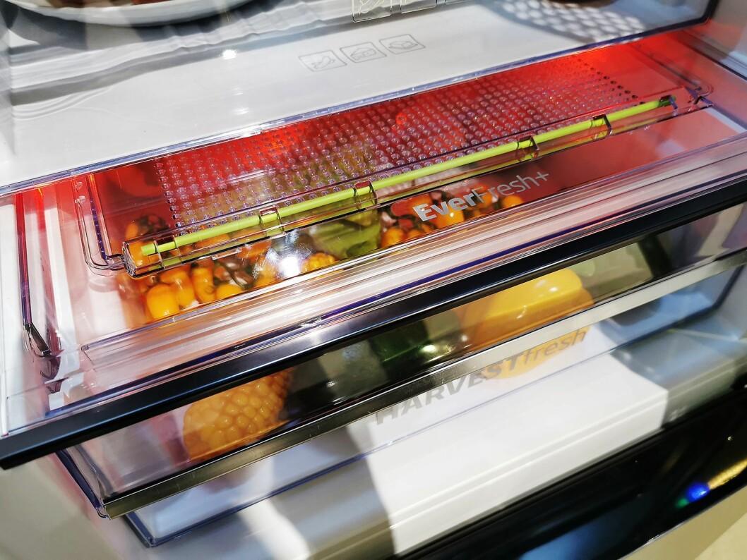 Det røde lyset i Bekos HarvestFresh-skap skal ta bedre vare på A-vitaminene. Foto: Stian Sønsteng.