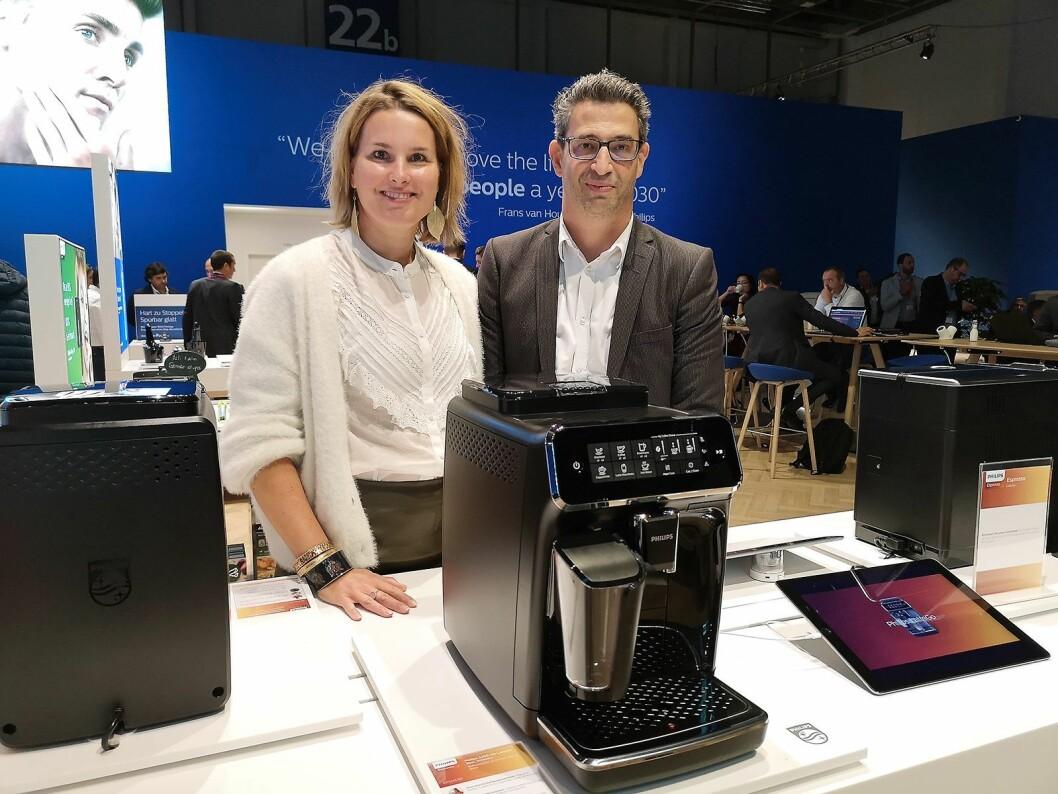 Lonneke Hendrix, nordisk salgs- og markedssjef på personlig pleie, og Dan Bechor, nordisk kanalsjef i Philips viser fram den nye kaffemaskinen Philips 3200 Lattego. Foto: Marte Ottemo.