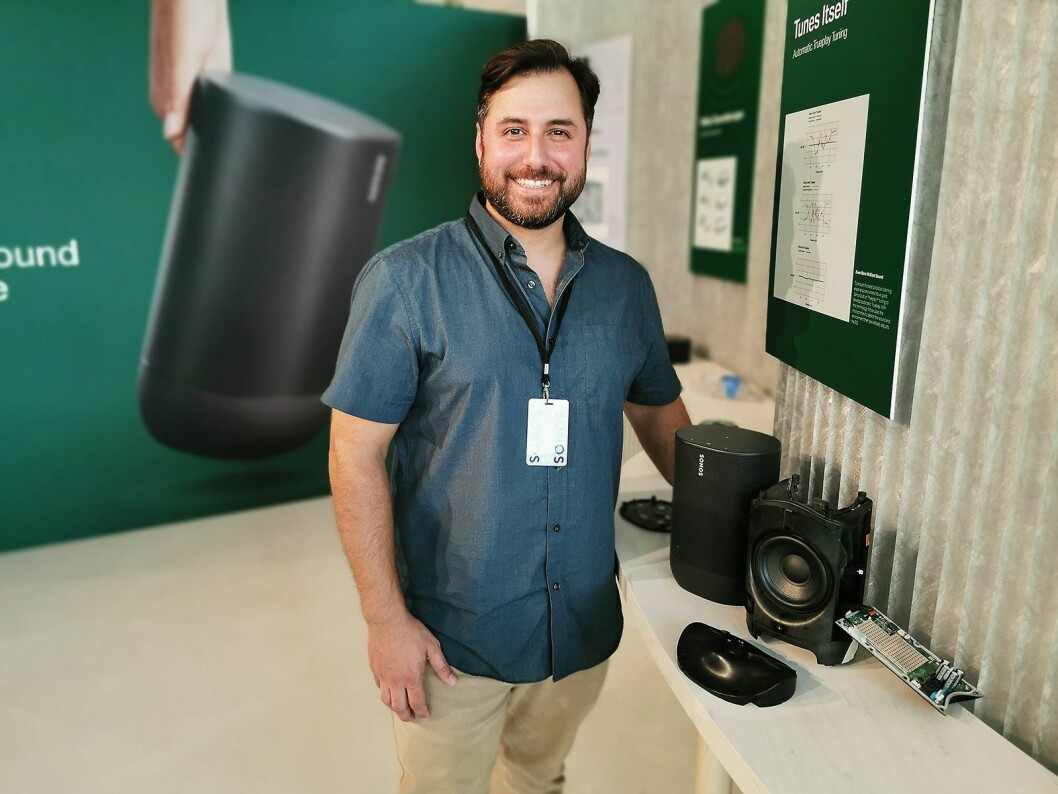 Jeff Derderian, leder for produktutviklingsgruppen i Sonos, med Move. Til høyre den helstøpte glassfiberenheten der mid-tweeteren sitter, og foran den bølgete platen som reflekterer diskanten ut og opp. Foto: Stian Sønsteng
