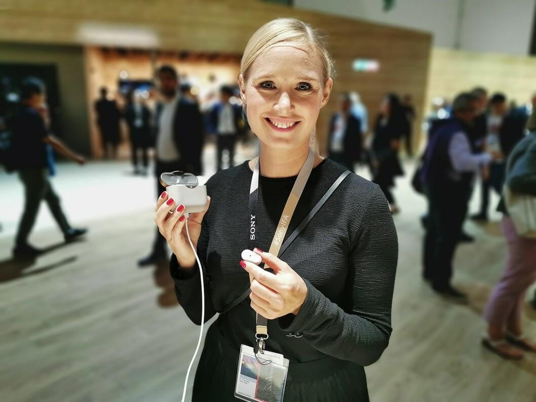 Line Holm Hansen, PR-sjef i Sony Nordic, med de helt trådløse øreproppene WF-1000XM3 med aktiv støyreduksjon. Pris: 2.600,- Foto: Stian Sønsteng.