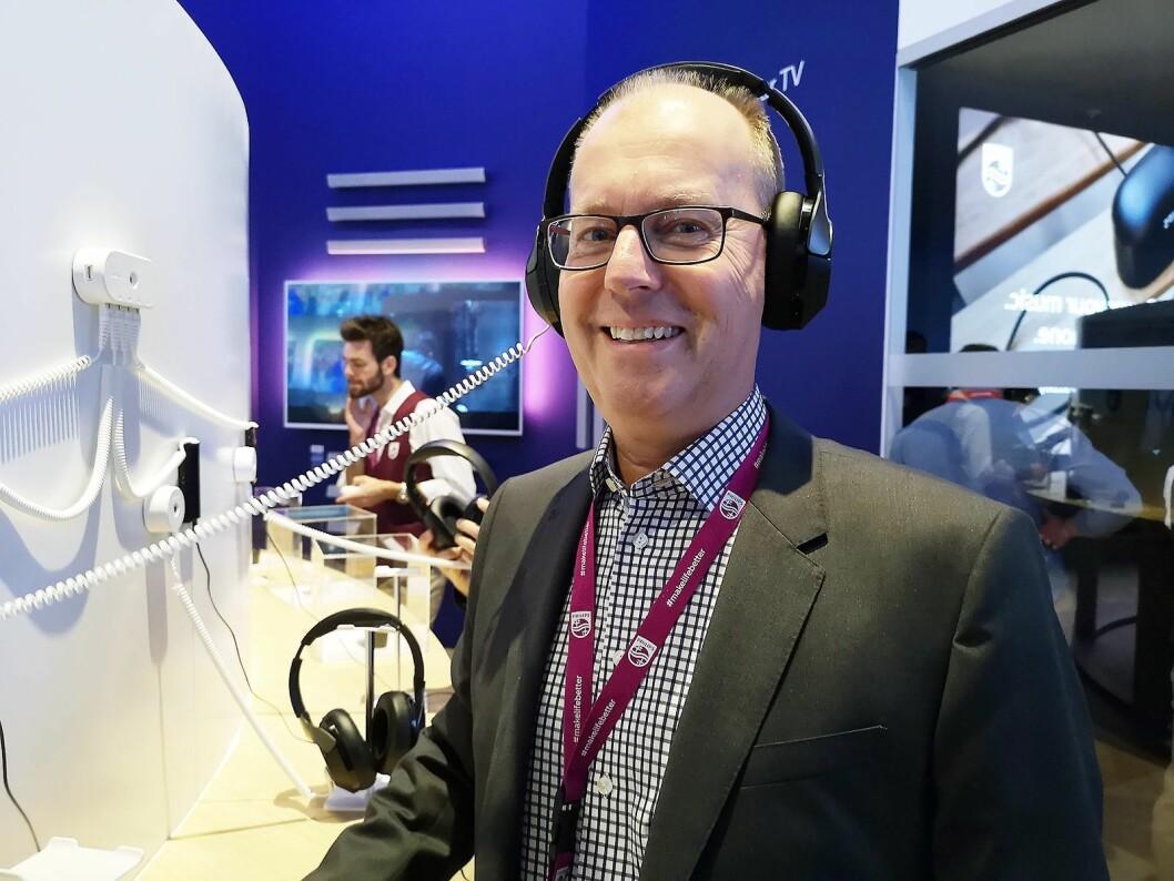 Pär Josefsson, nordisk produktansvarlig i TP Vision, stenger ute støyen fra IFA-messen med selskapets nye P805 hodetelefoner. Foto: Marte Ottemo.
