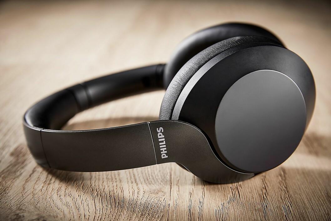 Philips nye P805 hodetelefoner veier bare 235 gram, og skal være behagelig å ha på øret. Foto: Philips.
