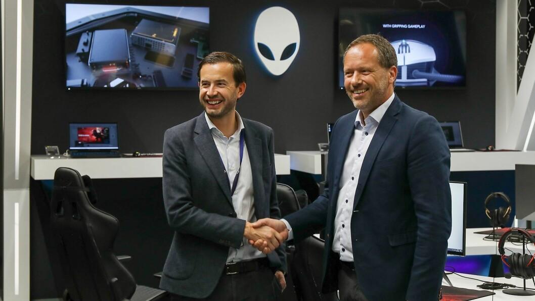 Nordisk kategoridirektør Morten Syversen (t.v.) i Elkjøp og salgsdirektør Per Jostein Ørslien i Dell under åpningen av Alienware-avdelingen ved Elkjøp Megastore Lørenskog. Foto: Dell
