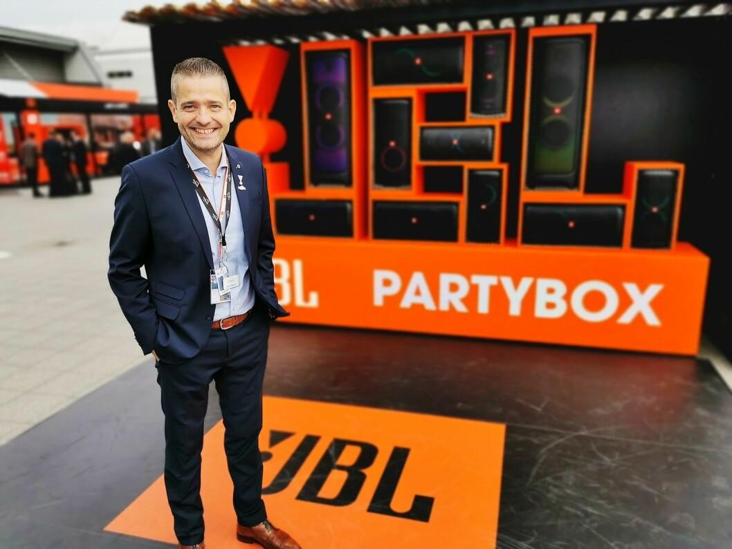 Europa-sjef Søren Majlund i Harman velger seg veggen med JBLs partybokser når han skal fotograferes under TV-tårnet på IFA-messen. Foto: Stian Sønsteng