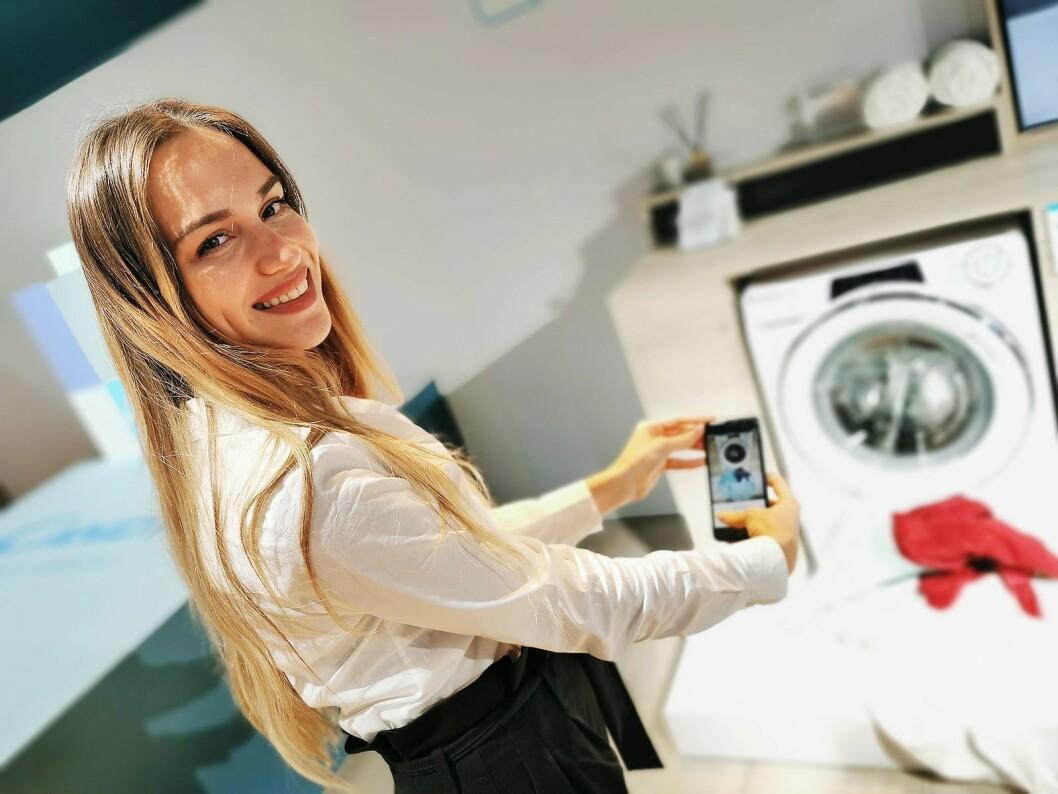 Anna Bizzarro viser hvordan man med Candys RapidO-modeller via en app og mobilkameraet kan beregne vaskemengde og basert på bildet velge rett program. Foto: Stian Sønsteng.